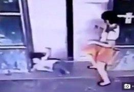 VEJA O VÍDEO: Mãe chuta filha para impedir que ela seja esmagada pelo elevador