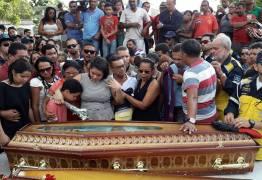 Sepultamento de Diogo Nascimento é marcado por emoção de parentes e amigos