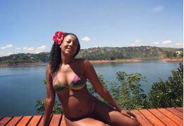 Grávida, Negra Li posa de biquíni e exibe barriguinha