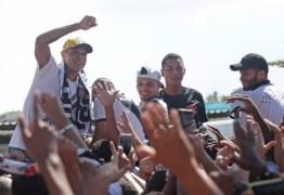 Luis Fabiano chega ao Rio de Janeiro e é recebido com festa pela torcida do Vasco