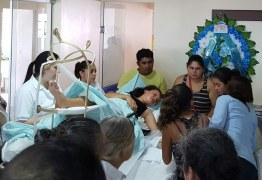Garota sobrevive a acidente e vai de maca a velório de mãe e irmão