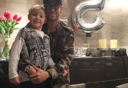 """Neymar ganha festa de aniversário e posa abraçado ao filho: """"Meu maior presente"""""""