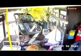 VEJA O VÍDEO: O impressionante momento em que um carro invade um ônibus