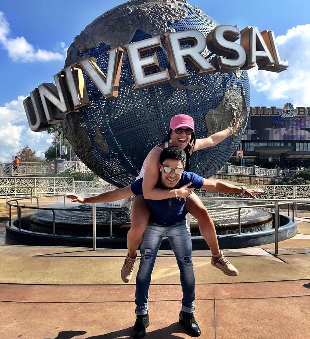 zezé - Zezé Di Camargo curte férias em Orlando com a namorada