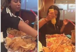 Anitta posta fotos de comilança nos EUA