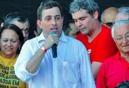 """Gervásio manda recado para 'golpistas' e alfineta Cássio: """"deveria estar aqui sentindo o cheiro do povo"""" – VEJA VÍDEO DO DISCURSO"""