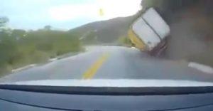 caminhão tomba serra do teixeira 300x156 - VEJA VÍDEO: Caminhão tomba em pista, na Serra do Teixeira, no sertão da Paraíba
