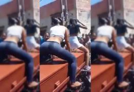 Vídeo: mulheres dançam sensualmente em cima de caixão para homenagear falecido