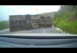 VEJA VÍDEO: Caminhão tomba em pista, na Serra do Teixeira, no sertão da Paraíba