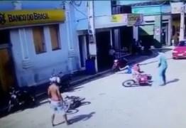 Assista vídeo que mostra assaltante ferindo agente federal durante assalto em Alagoa Grande