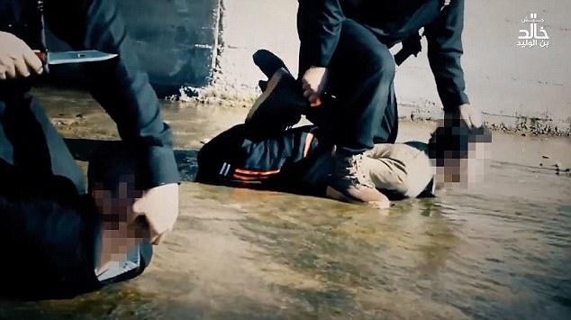 siris crianca 1 - Estado Islâmico choca em vídeo onde criança de 6 anos auxilia em dupla decapitação - VEJA VÍDEO