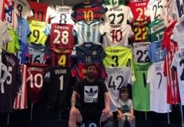 Messi exibe coleção de camisas e internautas sentem falta da de CR7