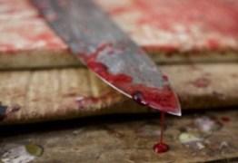 Após briga, homem atinge amigo com golpe de faca