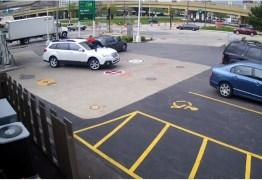 VEJA VÍDEO: Mulher sobe em capô para evitar roubo do carro