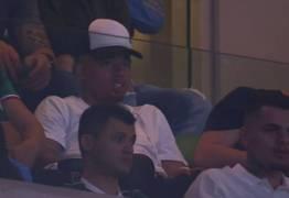 De férias, Gabriel Jesus assiste jogo do Palmeiras no estádio