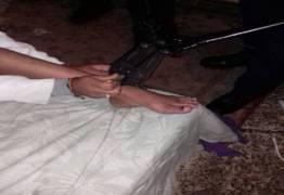 Mãe que acorrentou filha viciada em crack po 43 dias teme represálias