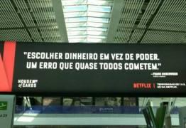 House of Cards alfineta corruptos com anúncio nos aeroportos de Brasília