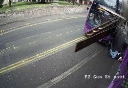 VEJA VÍDEO – Homem sai andando normalmente após ser atropelado por ônibus