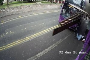5a34vu1eaob0oogv1qu1mflqz 300x201 - VEJA VÍDEO - Homem sai andando normalmente após ser atropelado por ônibus