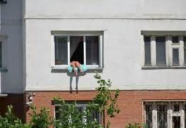 Forma inusitada de mulher tomar banho de sol chama atenção da vizinhança