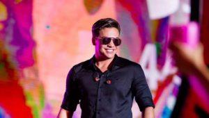 Wesley Safadão 300x170 - VEJA VÍDEO: Para não perder o próprio show, Wesley Safadão pega carona de moto