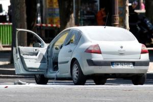 carroparis 300x200 - Carro colide com van da polícia e pega fogo
