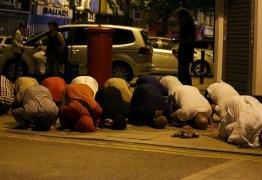 Van atropela fiéis diante de mesquita em Londres