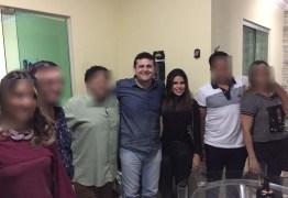 RECONCILIAÇÃO? Depois de denúncias de agressão e chantagem política Célio Alves reaparece com jovem que o acusou