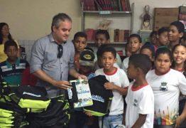 Prefeito de Alhandra realiza entrega de carteiras e kits escolares para alunos da rede municipal