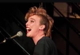 Cantora francesa de 35 anos morre durante show na França