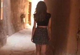 Mulher que usou minissaia em local histórico na Arábia Saudita é detida -VEJA VÍDEO