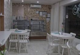 Homem invade lanchonete, frita coxinhas e furta R$ 1,5 mil em lanches