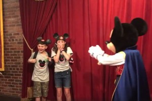 mickey4 300x200 - VEJA VÍDEO: Durante passeio na Disney, crianças descobrem que serão adotadas