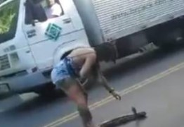 VEJA VÍDEO: Mulher-Coragem tira cobra do meu de rodovia