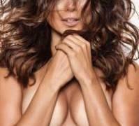 Paula Fernandes posa de topless e arranca suspiros de fãs