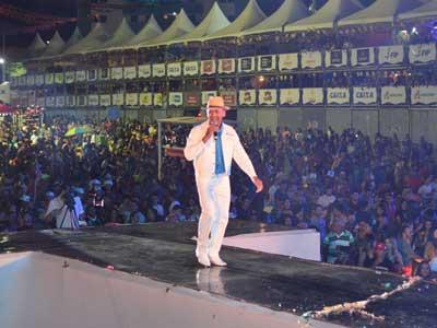 show - Artistas locais receberam cachê do São João de Patos ainda no palco