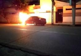Deputado denuncia crime e pede apuração: Veja dupla incendiando carro de vereador – VEJA VÍDEO