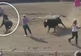 VEJA VÍDEO: Ativista anti-touradas invade arena e é ferido por touro