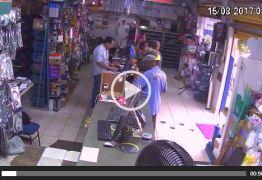 VÍDEO: Caminhão desgovernado arrasta carro e invade loja de material de construção