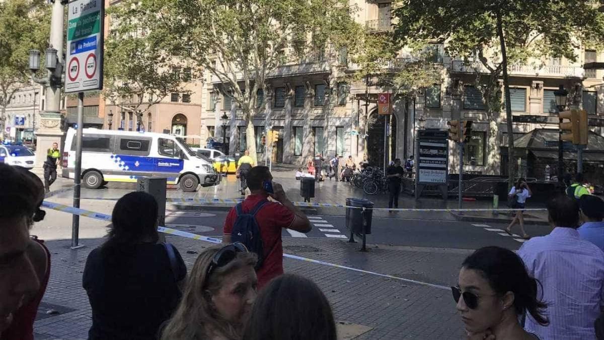 ataque terrorista barcelona carrinho de entrega de mercadorias - Carrinho de entrega atropela várias pessoas em Barcelona