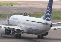 Jovem abre porta de emergência e pula de avião em aeroporto dos EUA