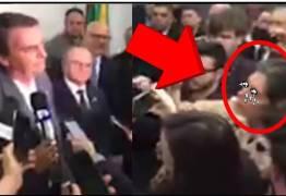"""VEJA VÍDEOS: Repórteres tentam Intimidar Bolsonaro e ele revida duramente…""""Se você pegasse seu marido com outra ?"""""""