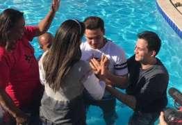 Wesley Safadão e esposa são batizados em igreja evangélica