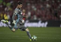 Flamengo abraça Thiago após falha e tenta dar força
