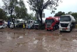 Caminhoneiros que transportam gasolina para a Paraíba paralisam atividades