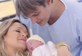 Após gravidez de risco Eliana posta primeira foto da filha
