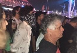 Disfarçado, Caio Castro curte show no Rock in Rio
