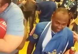 Jogadores do Cruzeiro festejam título com cerveja e música no vestiário