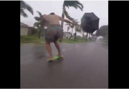 VEJA VÍDEO: Com ajuda do Irma e de guarda-chuva, homem se diverte fazendo do skate uma jangada