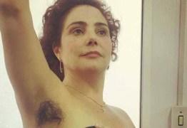 Heloisa Périsse mostra axila peluda para gravações de 'Novo Mundo'